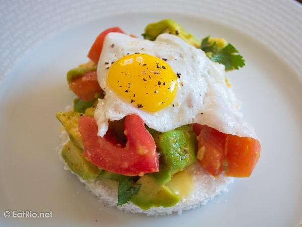 tapioquinha-com-abacate-tomate-ovo