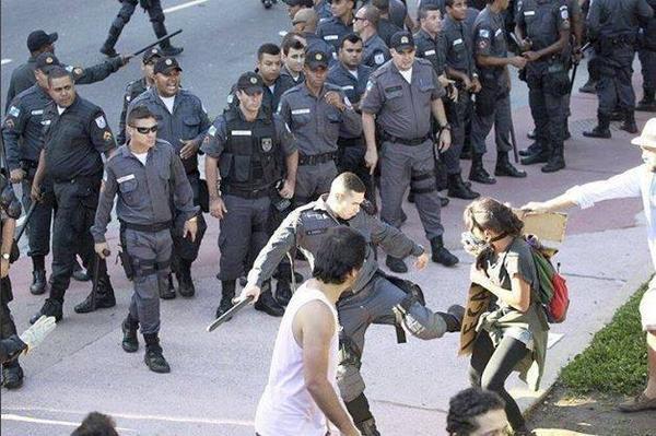 Rio-Police-attack-protester